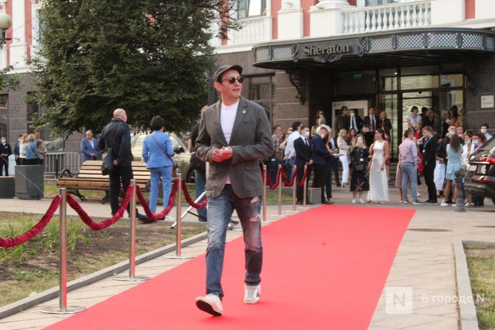 Маски на красной дорожке: звезды кино приехали на «Горький fest» в Нижний Новгород - фото 3